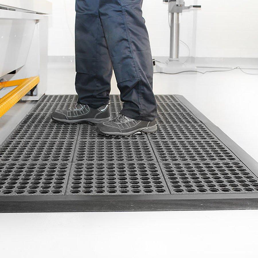 Černá gumová modulární průmyslová protiúnavová protiskluzová olejivzdorná rohož Fatigue - délka 90 cm, šířka 90 cm a výška 1,8 cm