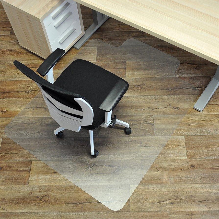 Čirá podložka na hladké povrchy pod židli - délka 134 cm, šířka 120 cm a výška 0,15 cm