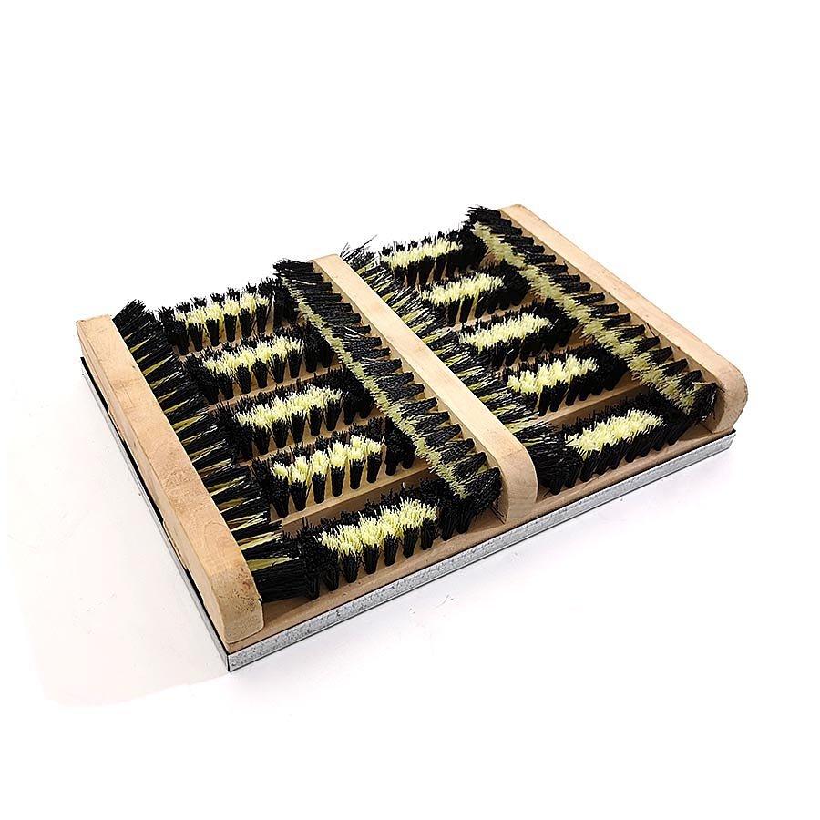 Dřevěný kartáčový čistič bot a podrážek obuvi s kovovou vaničkou FLOMA BootScraper - délka 27 cm a šířka 36 cm