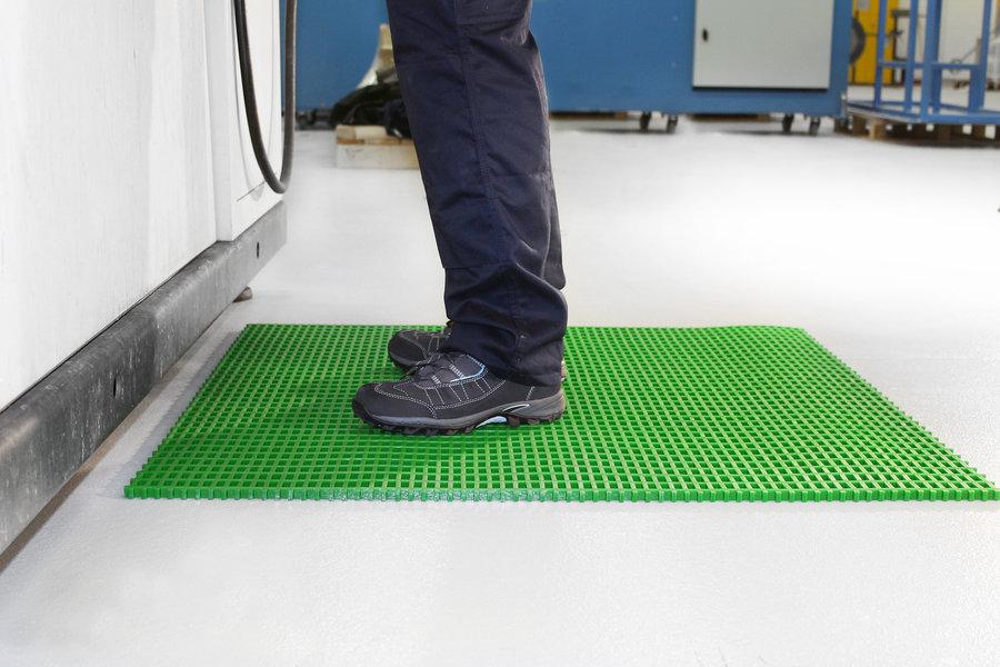Zelená univerzální průmyslová protiskluzová olejivzdorná rohož (mřížka 22 x 10 mm) - délka 10 m, šířka 120 cm a výška 1,2 cm