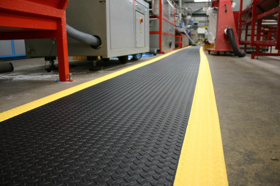 Černo-žlutá průmyslová protiúnavová protiskluzová metrážová pěnová rohož - šířka 120 cm a výška 0,9 cm