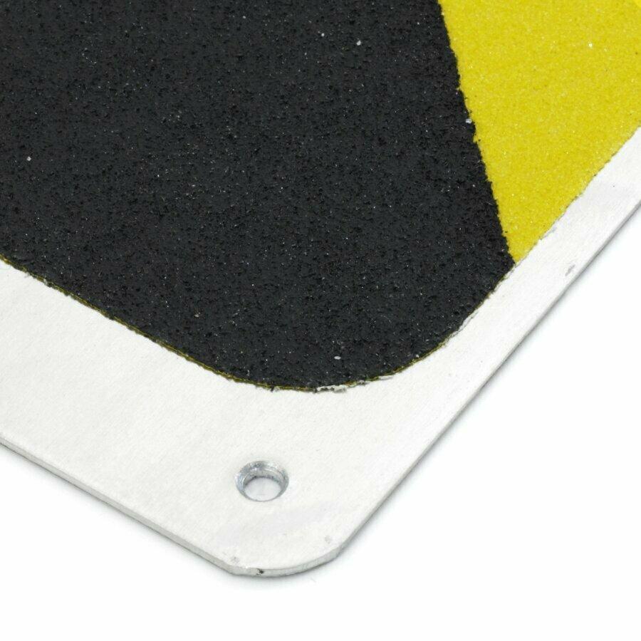 Černo-žlutý hliníkový protiskluzový nášlap na schody FLOMA Hazard Bolt Down Plate - délka 63,5 cm, šířka 12 cm, výška 4,5 cm a tloušťka 1,6 mm