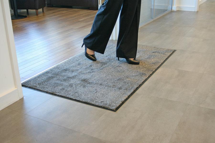Béžová textilní vstupní vnitřní čistící rohož - délka 90 cm, šířka 150 cm a výška 0,8 cm