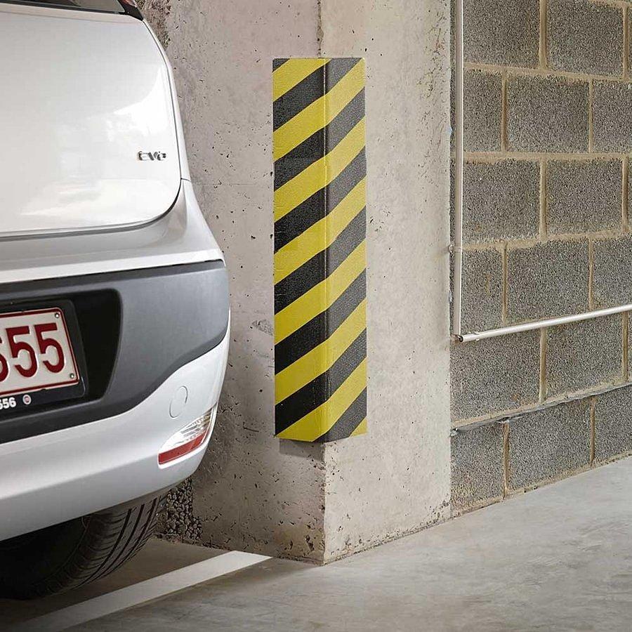 Černo-žlutý pěnový roh na ochranu stěn - délka 80 cm, šířka 12,5 cm a tloušťka 2,5 cm