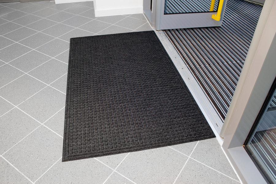 Černá plastová vstupní vnitřní čistící rohož - délka 120 cm, šířka 180 cm a výška 1 cm