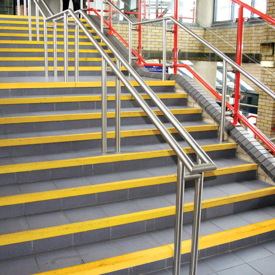 Žlutá karborundová schodová hrana - délka 300 cm, šířka 5,5 cm, výška 5,5 cm a tloušťka 0,5 cm