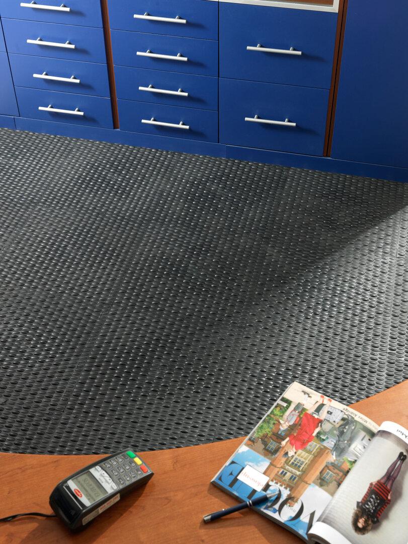 Černá PVC vinylová zátěžová puzzle protiúnavová dlažba Tenax - délka 50 cm, šířka 50 cm a výška 0,8 cm