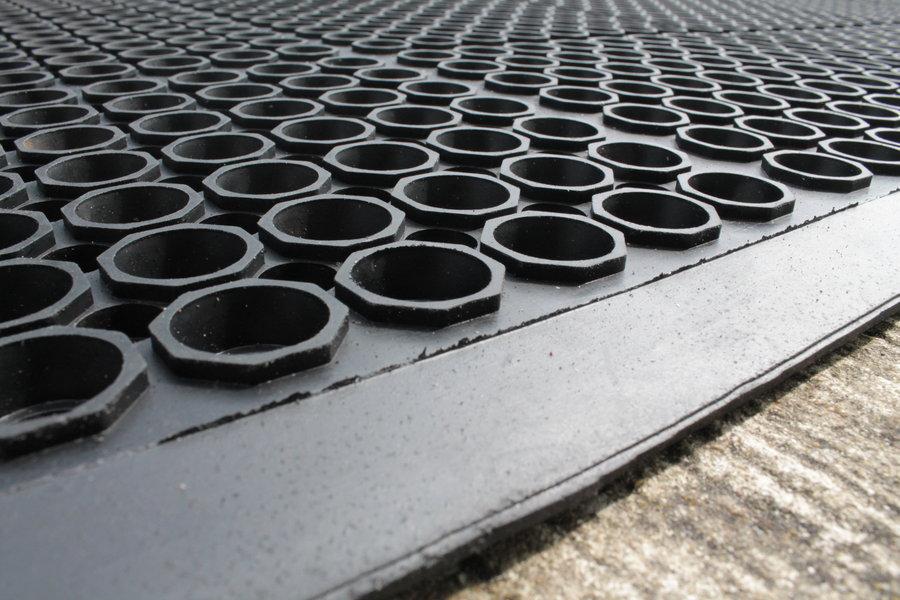 Černá gumová průmyslová protiúnavová protiskluzová olejivzdorná rohož (25% nitrilová pryž) - délka 150 cm, šířka 90 cm a výška 1,25 cm