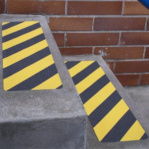 Černo-žlutá korundová protiskluzová samolepící podlahová páska (pás) - délka 61 cm a šířka 15,2 cm