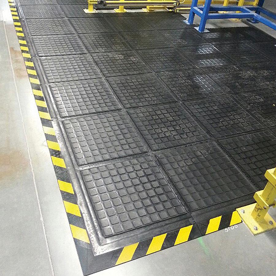 Černo-žlutá podlahová protiúnavová protiskluzová modulová rohož (okraj) - délka 55 cm, šířka 45 cm a výška 2 cm