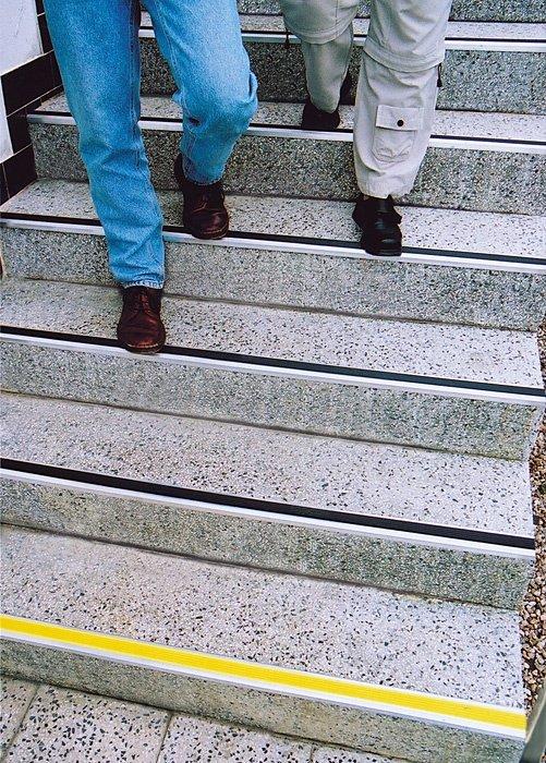 Žlutá hliníková schodová lišta s protiskluzovým páskem Antislip, FLOMA - délka 200 cm, šířka 5,3 cm a výška 0,6 cm