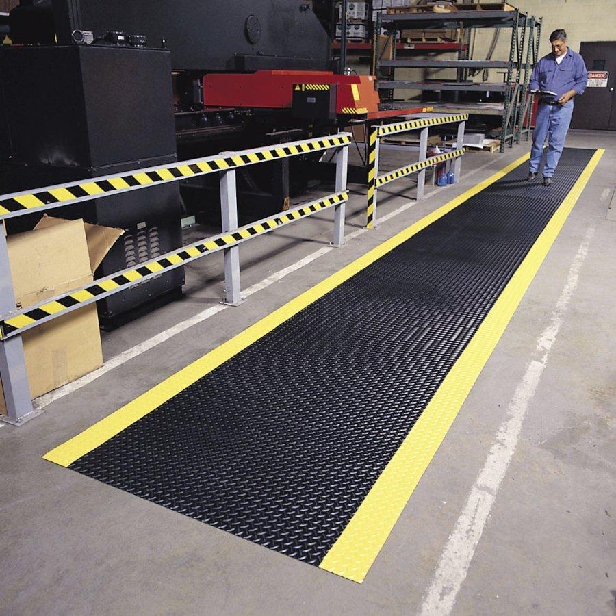 Černá metrážová protiskluzová rohož Diamond Plate Runner - délka 1 cm, šířka 91 cm a výška 0,47 cm
