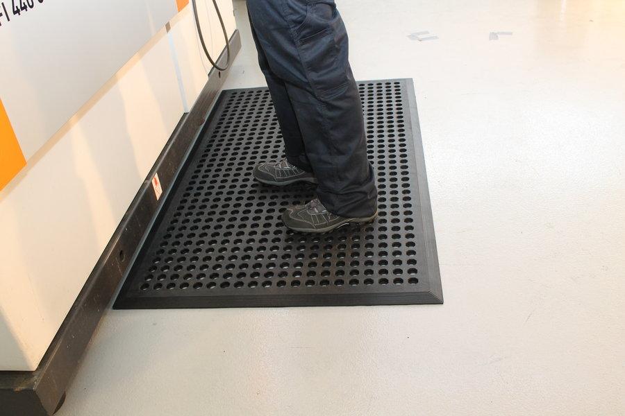 Černá gumová průmyslová protiúnavová protiskluzová rohož - délka 150 cm, šířka 90 cm a výška 1,2 cm