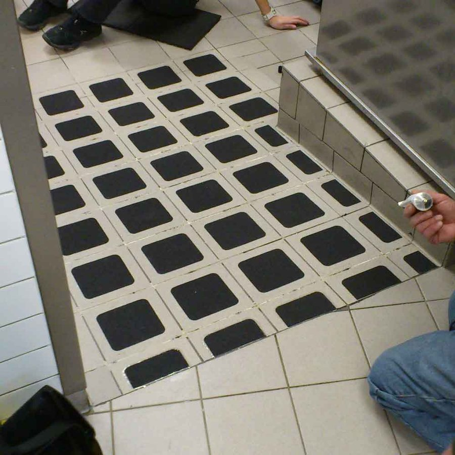 Černá korundová protiskluzová samolepící podlahová páska (dlaždice) - délka 14 cm a šířka 14 cm