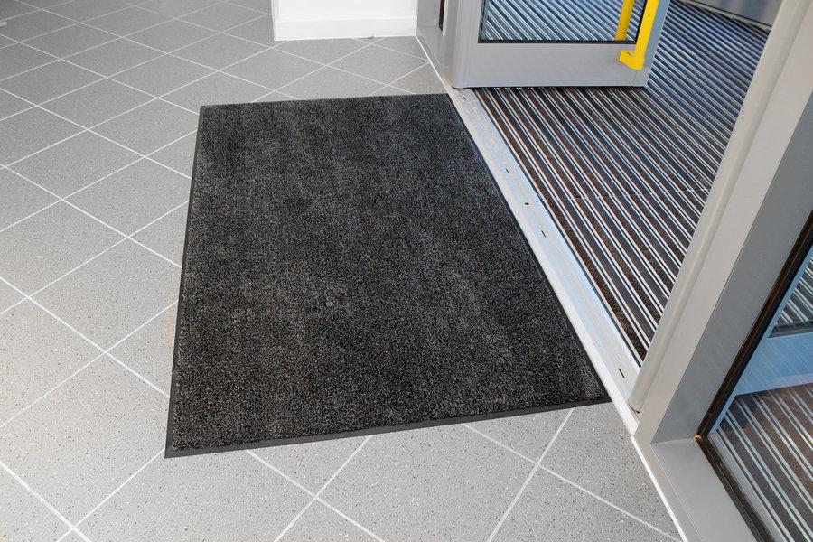 Černá textilní vstupní vnitřní čistící metrážová rohož - šířka 90 cm a výška 0,8 cm