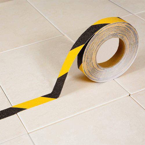 Černo-žlutá korundová protiskluzová samolepící podlahová páska - délka 18 m a šířka 2,5 cm
