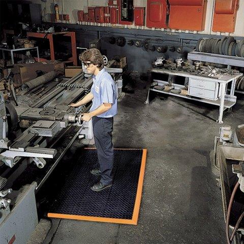 Černo-oranžová extra odolná průmyslová olejivzdorná rohož (100% nitrilová pryž) Safety Stance - délka 163 cm, šířka 97 cm a výška 2,2 cm