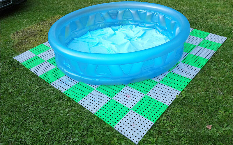 Šedo-zelená plastová ochranná tlumící podložka pod bazén, vířivku AvaTile AT-STD - délka 300 cm, šířka 300 cm a výška 1,6 cm