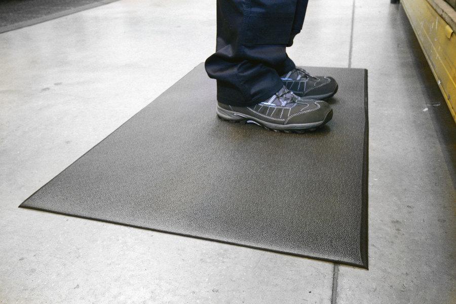 Černá protiskluzová protiúnavová průmyslová pěnová rohož 01 - délka 150 cm, šířka 90 cm a výška 0,9 cm