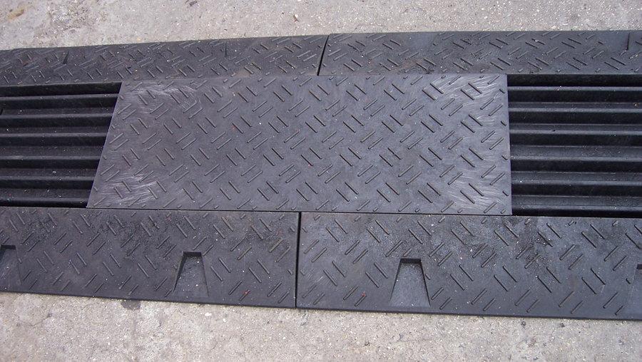 "Černý plastový rohový kabelový most ""levá zatáčka"" s víkem - délka 50 cm, šířka 43 cm a výška 6 cm"