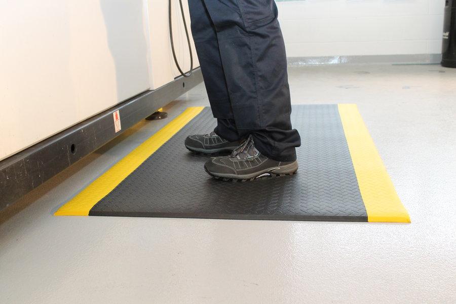 Černo-žlutá protiskluzová protiúnavová průmyslová pěnová rohož - délka 90 cm, šířka 60 cm a výška 0,9 cm