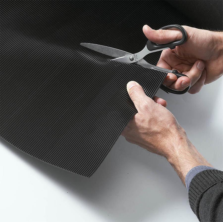 Černá průmyslová metrážová rohož Rib 'n' Roll - délka 1 cm, šířka 100 cm a výška 0,6 cm