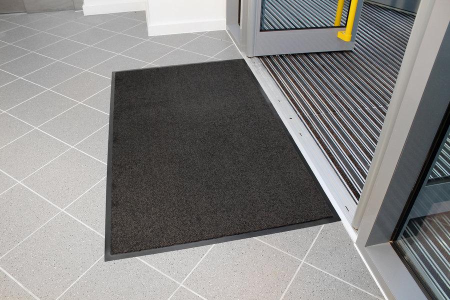 Šedá textilní vstupní vnitřní čistící rohož - délka 60 cm, šířka 90 cm a výška 0,7 cm