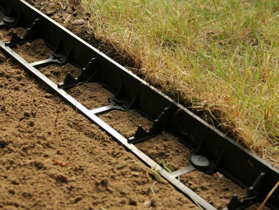 Černý plastový neviditelný zahradní obrubník - délka 100 cm a výška 4,5 cm