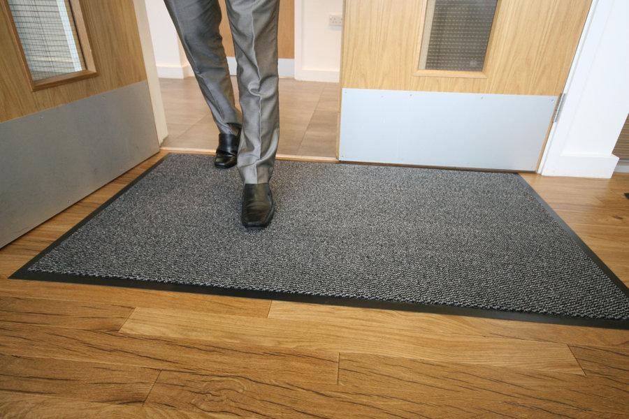 Šedá textilní vstupní vnitřní čistící metrážová rohož - šířka 120 cm a výška 0,7 cm
