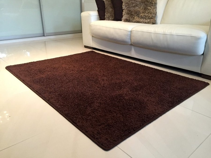 Tmavě hnědý koberec Shaggy