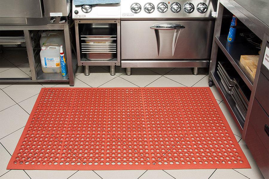 Červená olejivzdorná kuchyňská rohož (25% nitrilová pryž) Sanitness Light, FLOMA - délka 90 cm, šířka 150 cm a výška 1,4 cm