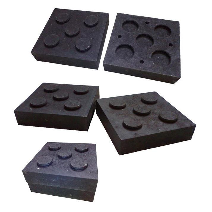 """Černá plastová podkládací kostka """"4 čepy"""" - délka 23,8 cm, šířka 23,8 cm a výška 5,3 cm"""