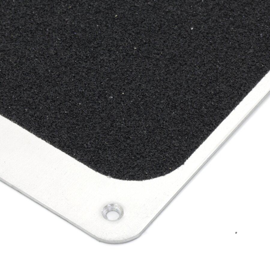 Černý hliníkový protiskluzový nášlap na schody FLOMA Bolt Down Plate - délka 1 m, šířka 11,5 cm a tloušťka 1,6 mm