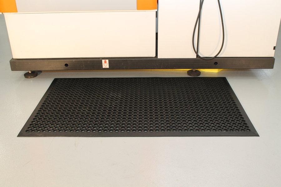 Černá gumová protiúnavová průmyslová rohož - délka 150 cm, šířka 90 cm a výška 1 cm