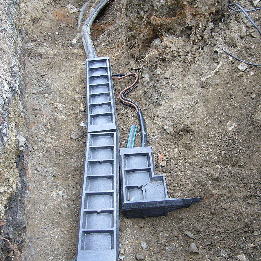 """Černá plastová kabelová chránička """"T spojka"""" - délka 80 cm, šířka 24 cm a výška 15,5 cm"""