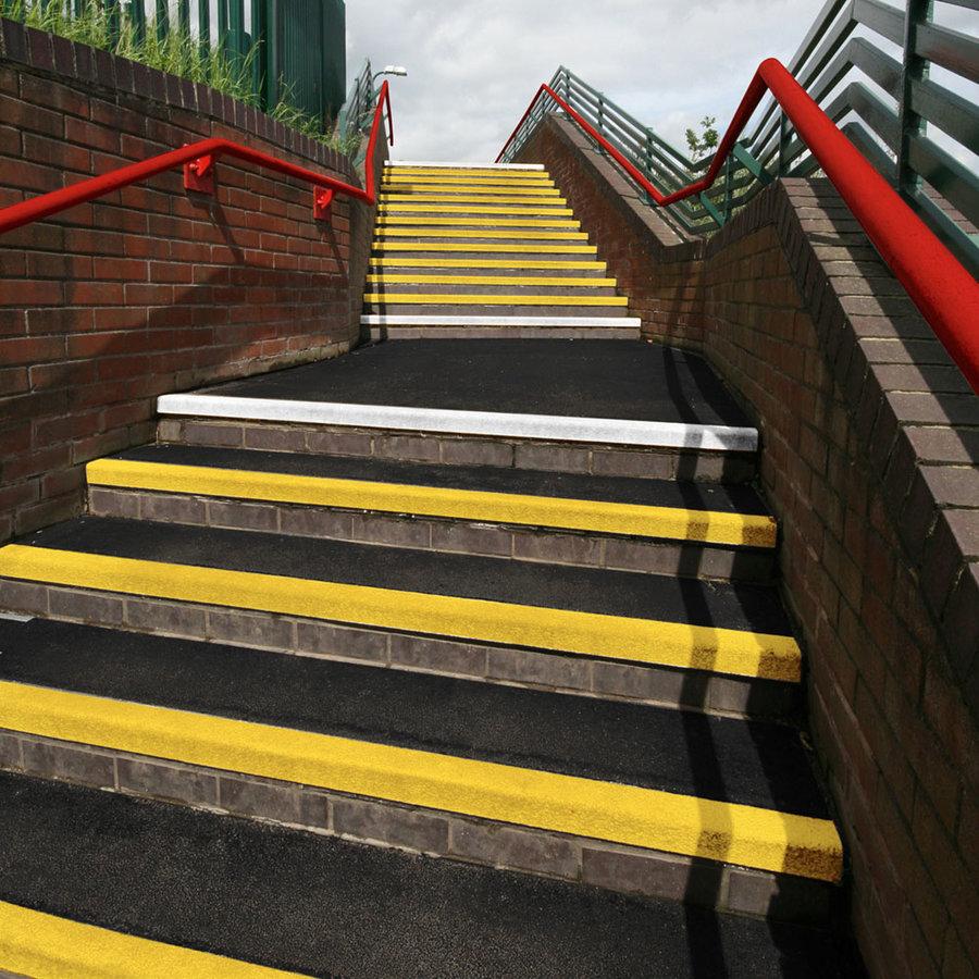 Karborundová schodová hrana - délka 200 cm, šířka 34,5 cm, výška 5,5 cm a tloušťka 0,5 cm