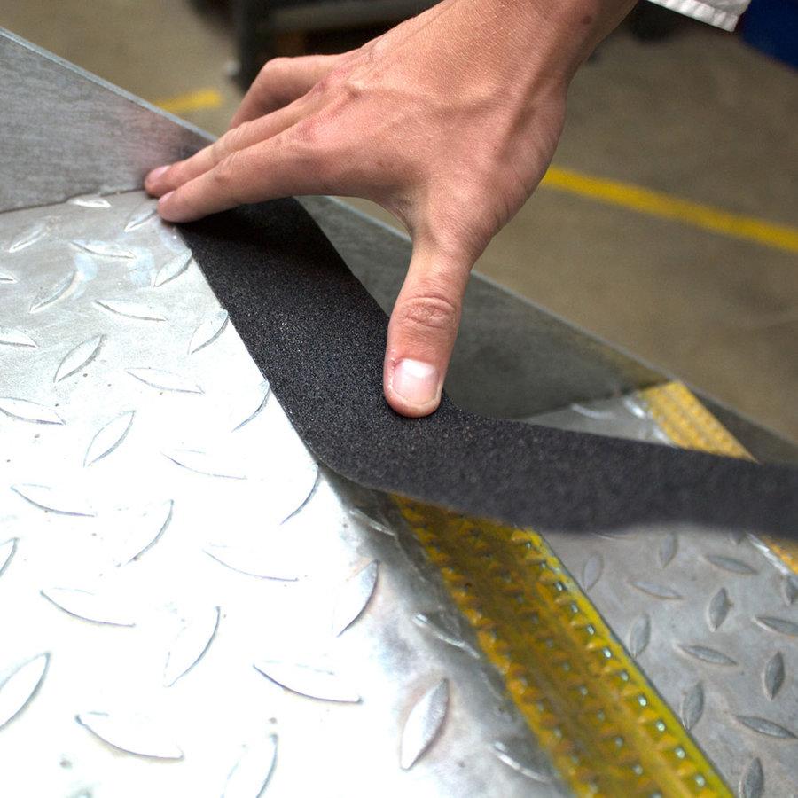 Černá korundová protiskluzová páska pro nerovné povrchy - délka 18,3 m a šířka 5 cm
