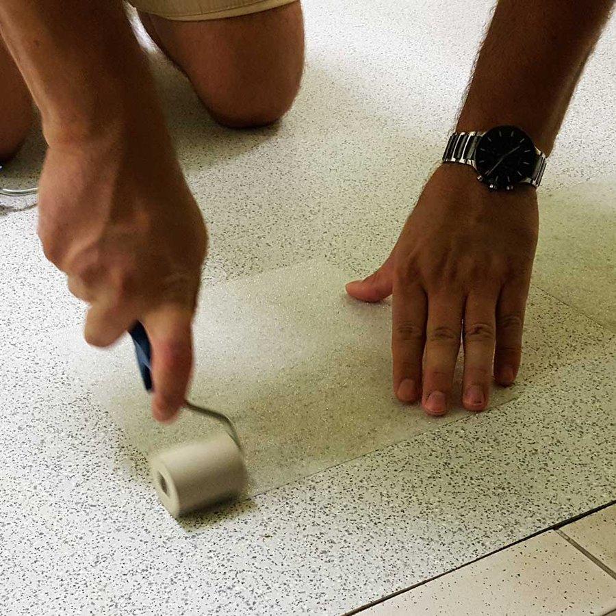 Korundová protiskluzová průhledná samolepící podlahová páska (dlaždice) - délka 24 cm a šířka 24 cm