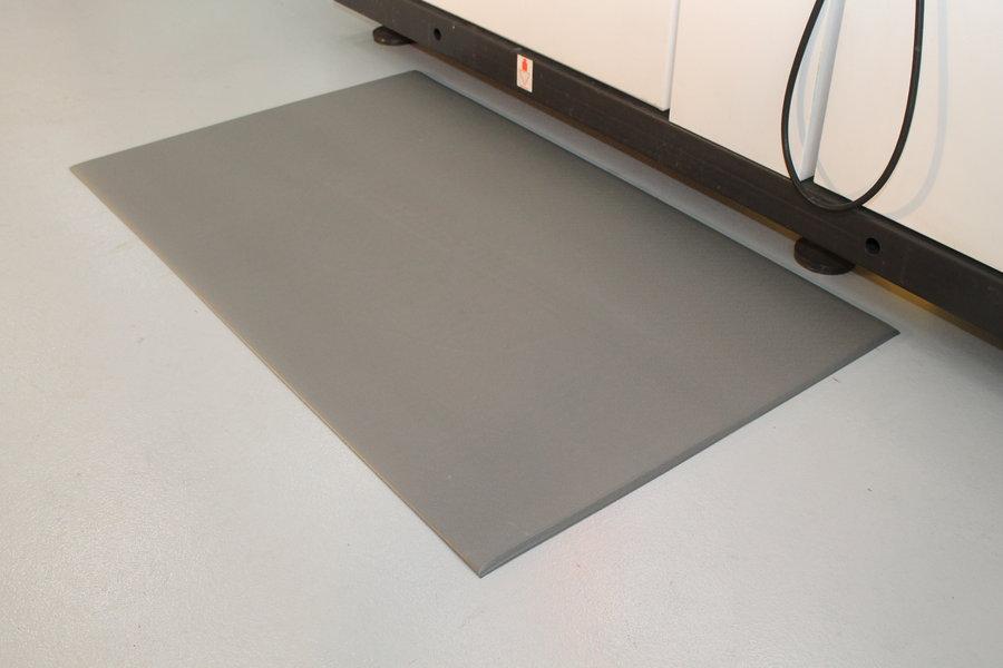 Šedá průmyslová protiúnavová protiskluzová metrážová pěnová rohož - šířka 90 cm a výška 0,9 cm