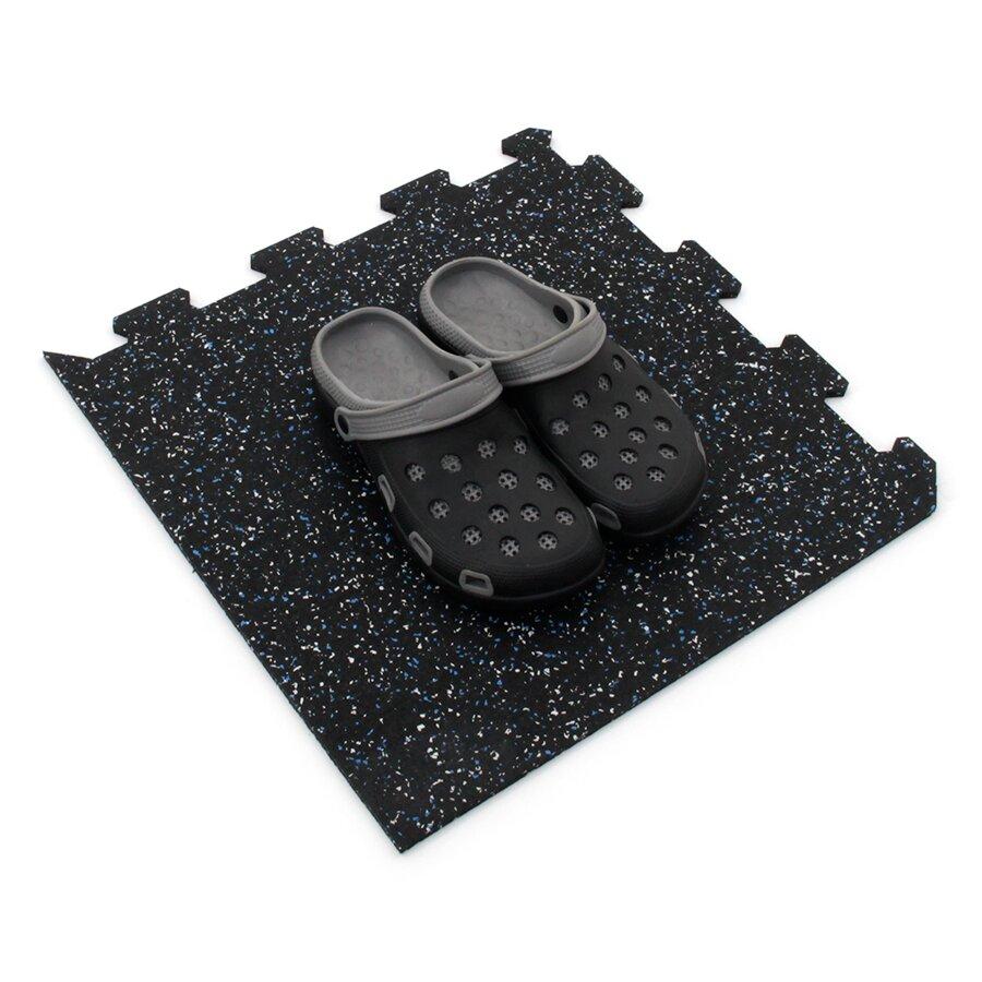 Černo-bílo-modrá gumová modulová puzzle dlažba (roh) FLOMA FitFlo SF1050 - délka 47,8 cm, šířka 47,8 cm a výška 0,8 cm
