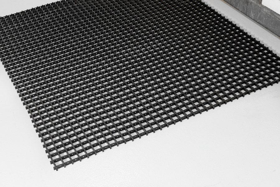 Černá univerzální průmyslová protiskluzová olejivzdorná rohož (mřížka 22 x 10 mm) - délka 10 m, šířka 90 cm a výška 1,2 cm