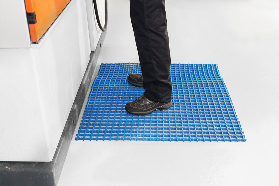 Modrá univerzální průmyslová protiskluzová olejivzdorná rohož (mřížka 30 x 10 mm) - délka 5 m, šířka 90 cm a výška 1,2 cm