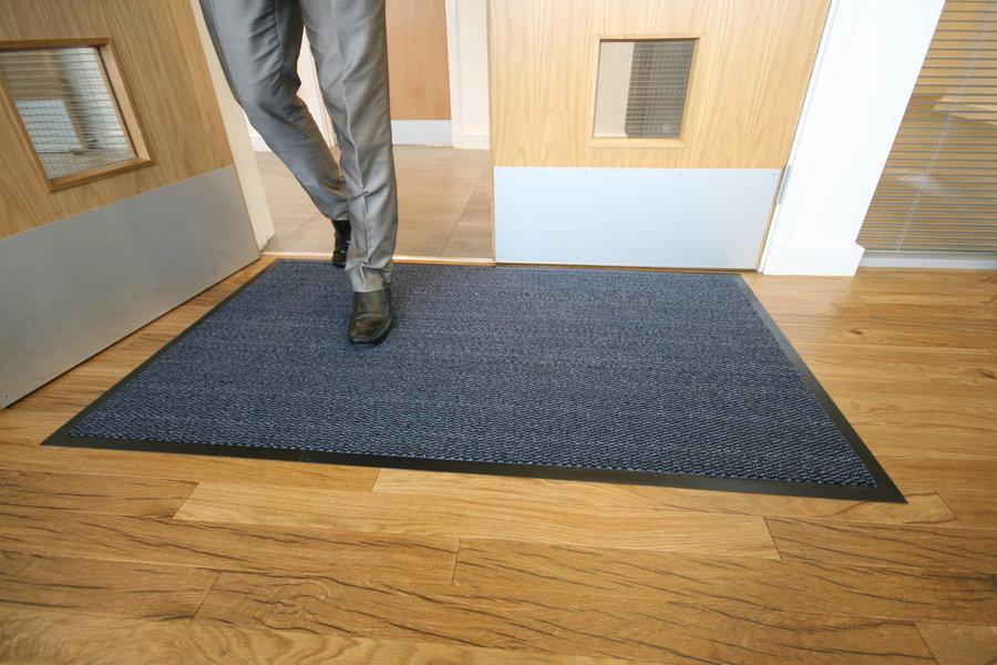 Modrá textilní čistící vnitřní vstupní rohož - délka 60 cm, šířka 90 cm a výška 0,7 cm