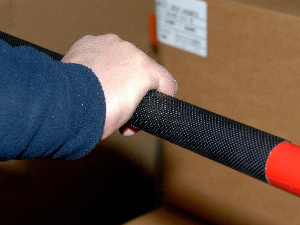 Černá protiskluzová páska na zábradlí FLOMA Handrail Grip - délka 18,3 m, šířka 2,5 cm a tloušťka 1,11 mm