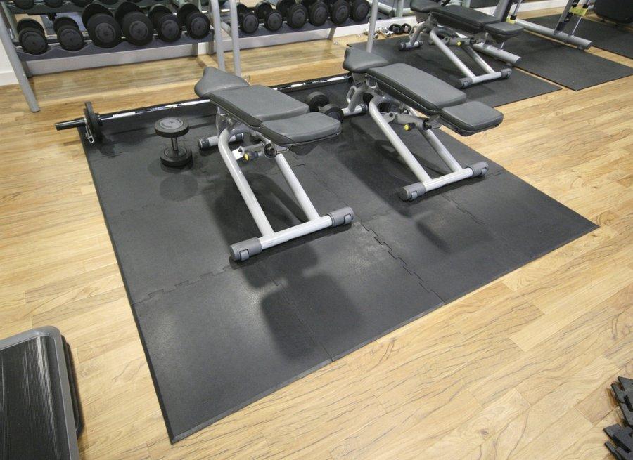 Černá gumová modulární rohová fitness podlaha Sport Tile - délka 61 cm, šířka 61 cm a výška 1 cm