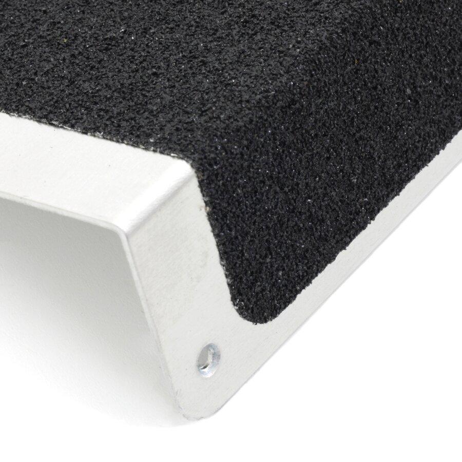 Černý hliníkový protiskluzový nášlap na schody FLOMA Bolt Down Plate - délka 63,5 cm, šířka 12 cm, výška 4,5 cm a tloušťka 1,6 mm