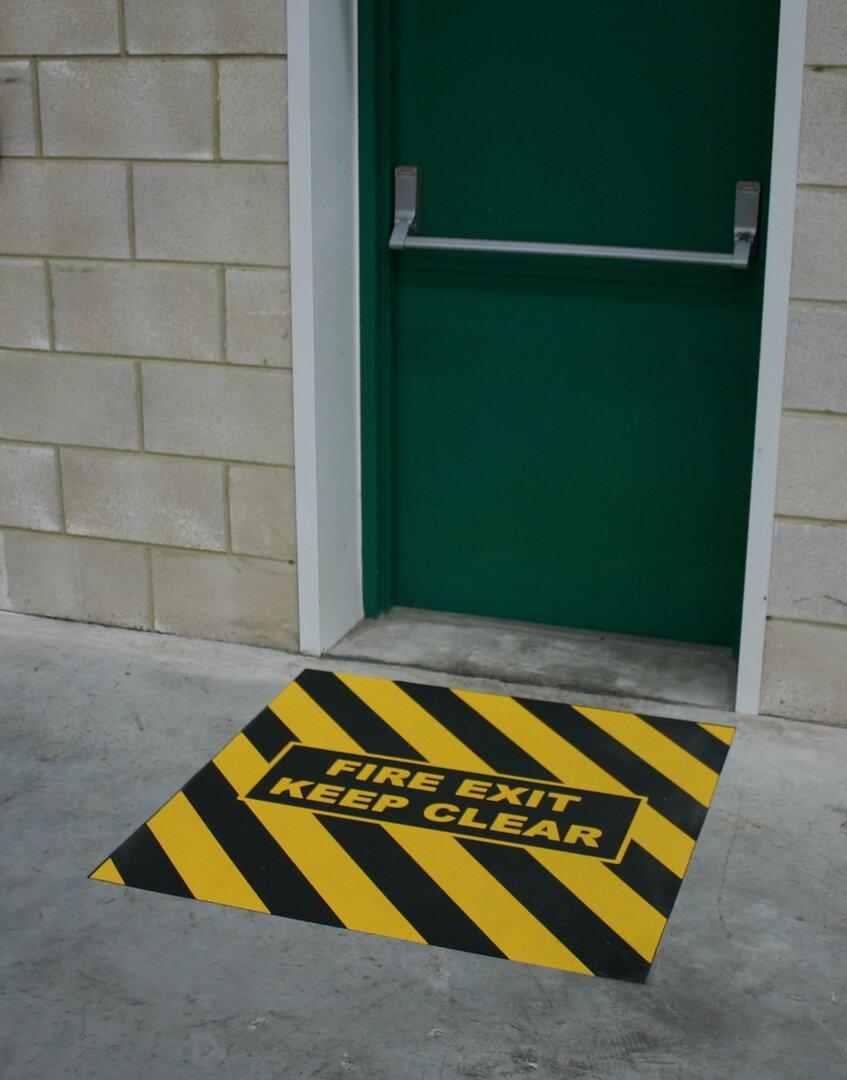 Černo-žlutá korundová protiskluzová páska s potiskem FLOMA Fire Exit Marker - délka 150 cm a šířka 100 cm