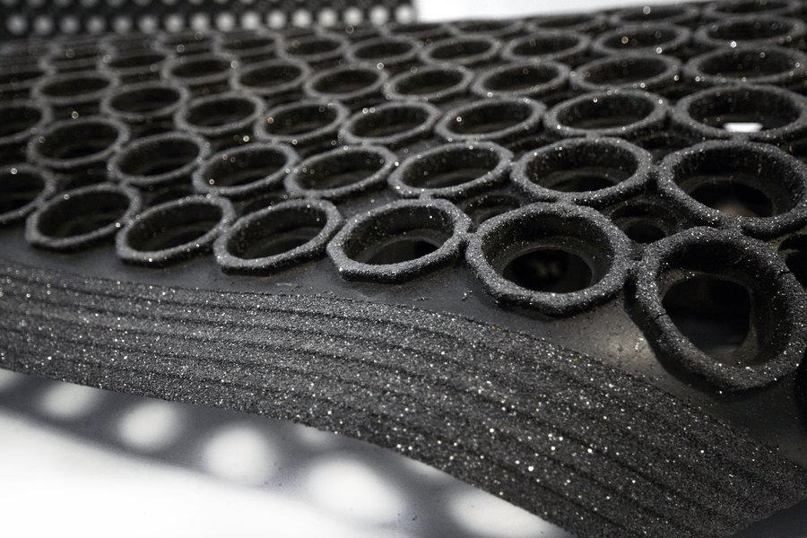 Černá gumová protiúnavová protiskluzová olejivzdorná rohož (100% nitrilová pryž) High-Duty Grit - délka 150 cm, šířka 90 cm a výška 1,25 cm