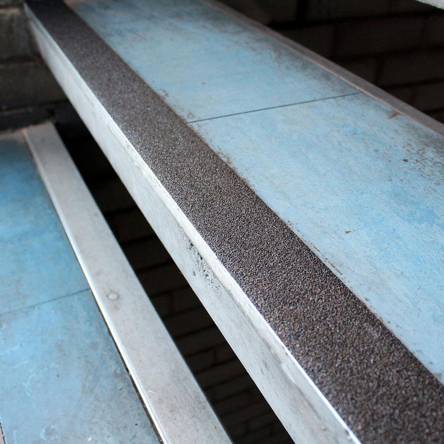 Černá korundová protiskluzová samolepící podlahová páska - délka 18,3 m a šířka 5 cm