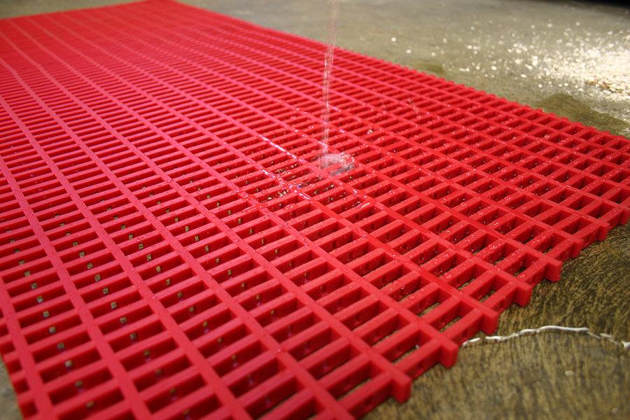 Červená univerzální průmyslová protiskluzová olejivzdorná rohož (mřížka 30 x 10 mm) - délka 10 m, šířka 60 cm a výška 1,2 cm
